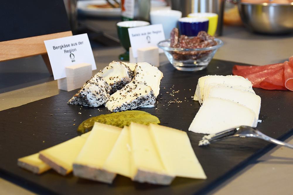 Hoteltipp Mathon Graubünden Pensiun Laresch Wurst und Käse Frühstück