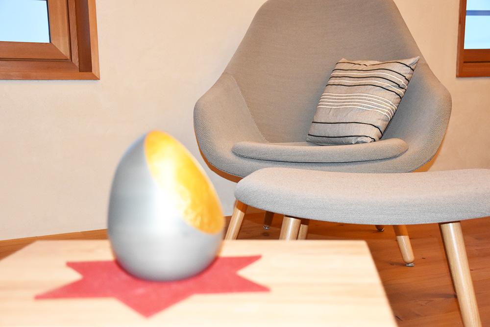 Hoteltipp Mathon Graubünden Pensiun Laresch bequemer Sessel in der Lodge Suite