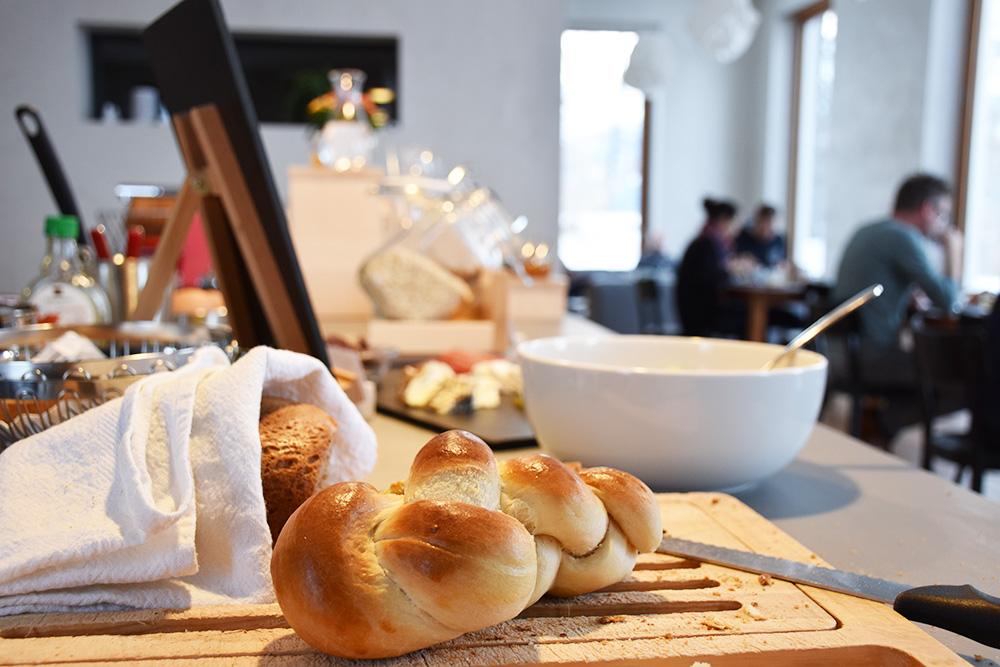 Hoteltipp Mathon Graubünden Pensiun Laresch frischer Zopf Frühstück