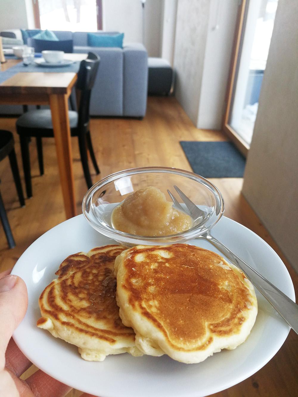 Hoteltipp Mathon Graubünden Pensiun Laresch Pancake und Apfelmus zum Frühstück