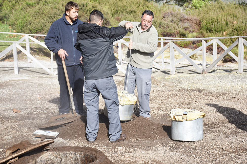 Reisetipps Furnas São Miguel Azoren der Cozido ist fertig gekocht