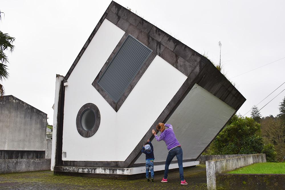 Reisetipps Furnas São Miguel Azoren umgedrehtes Haus