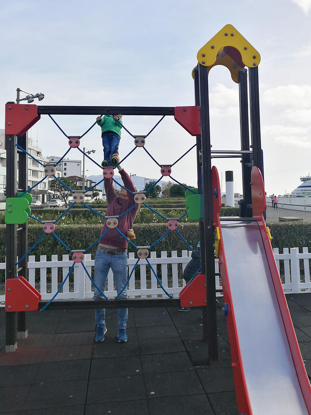 Azoren mit Kleinkind Spielplatz in Ponta Delgada