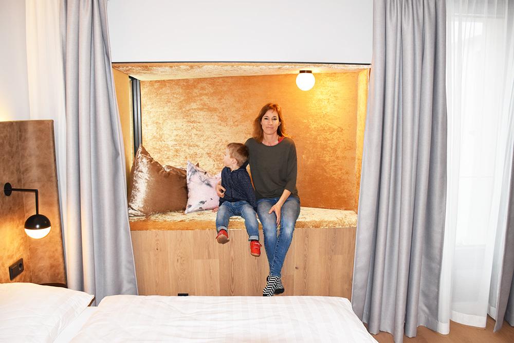 Hoteltipp Innsbruck STAGE12 Hotel by Penz Travel Sisi und kleiner Globetrotter in der Koje