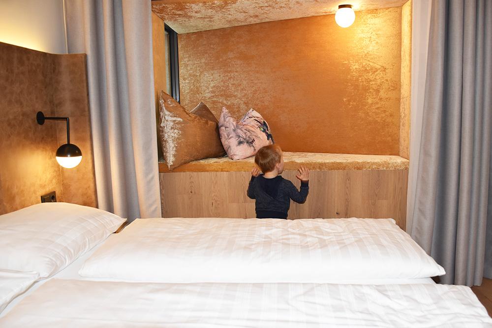 Hoteltipp Innsbruck STAGE12 Hotel by Penz der kleine Globetrotter inspiziert die Koje im Familienzimmer