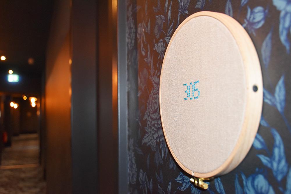 Hoteltipp München 25hours Hotel The Royal Bavarian Beschriftung auf Stickrahmen
