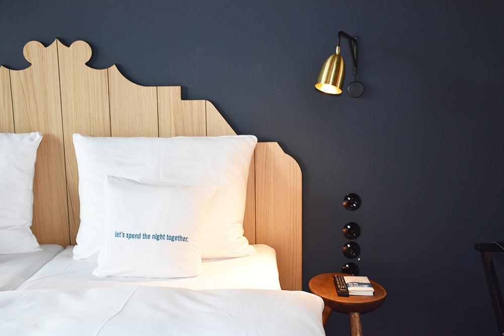 Hoteltipp München 25hours Hotel The Royal Bavarian Bett und Nachttischlampe