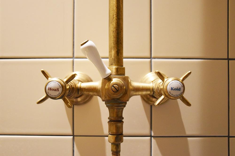 Hoteltipp München 25hours Hotel The Royal Bavarian Wasserbeschriftung im Badezimmer