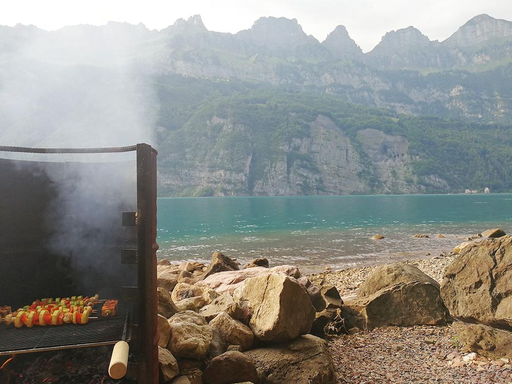 Badestellen am Walensee Grillen in Mols mit Blick auf die Churfirsten