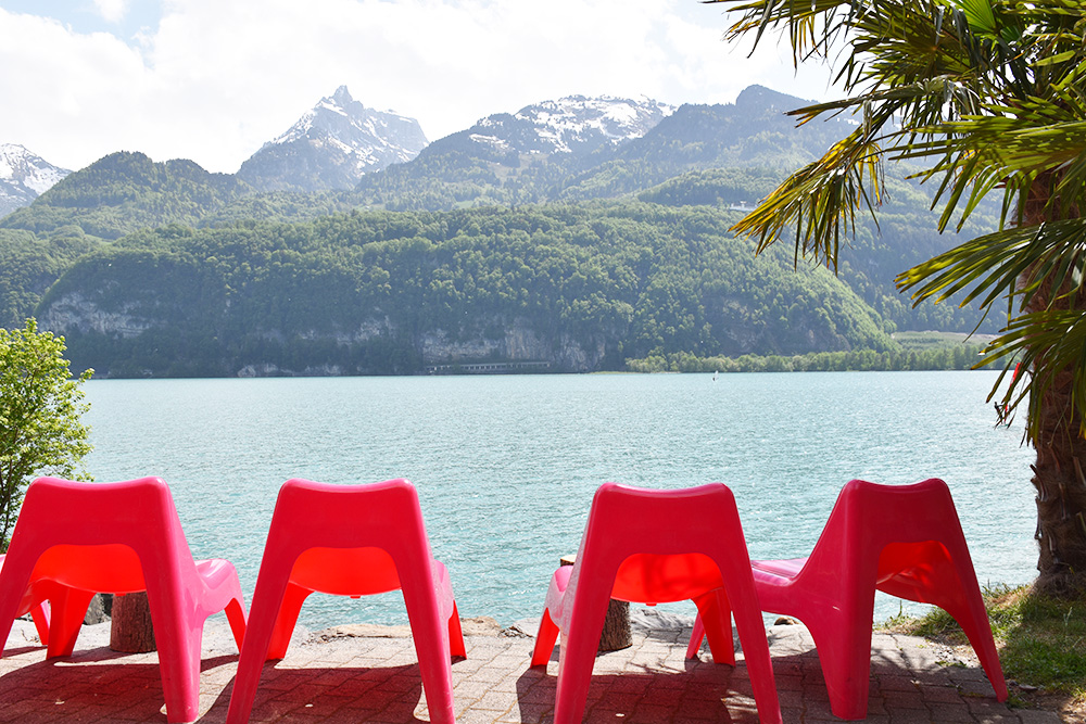 Badestellen am Walensee Stühle im Seebeizli Lago Mio