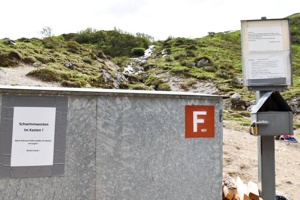 Ausflugstipp im Prättigau Wanderung zum Partnunsee Bootsmiete inklusive Schwimmwesten am Partnunsee