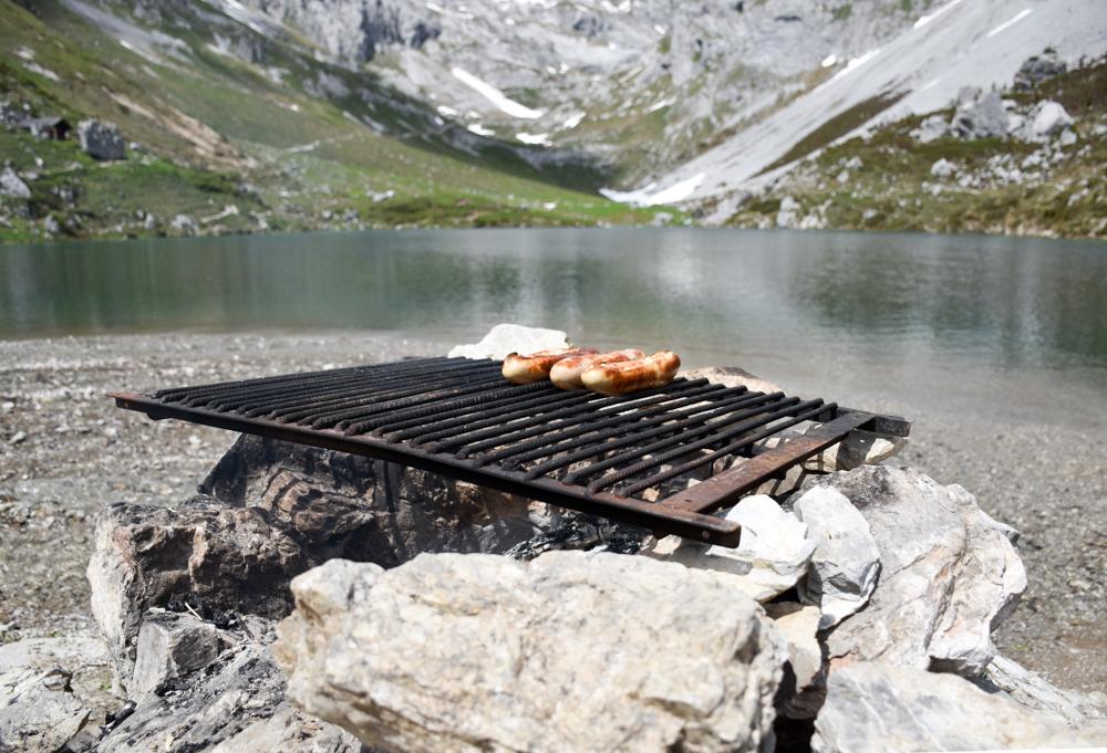 Ausflugstipp im Prättigau Wanderung zum Partnunsee Grillstelle am Ufer des Partnunsees