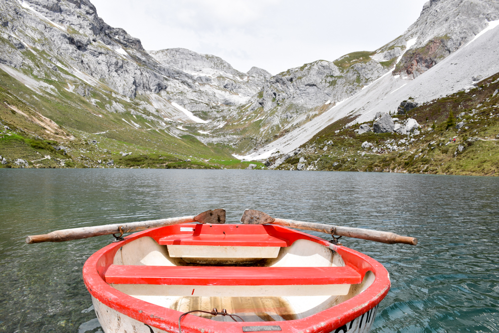 Ausflugstipp im Prättigau Wanderung zum Partnunsee Holzboot am Bergsee-Idyll Partnunsee
