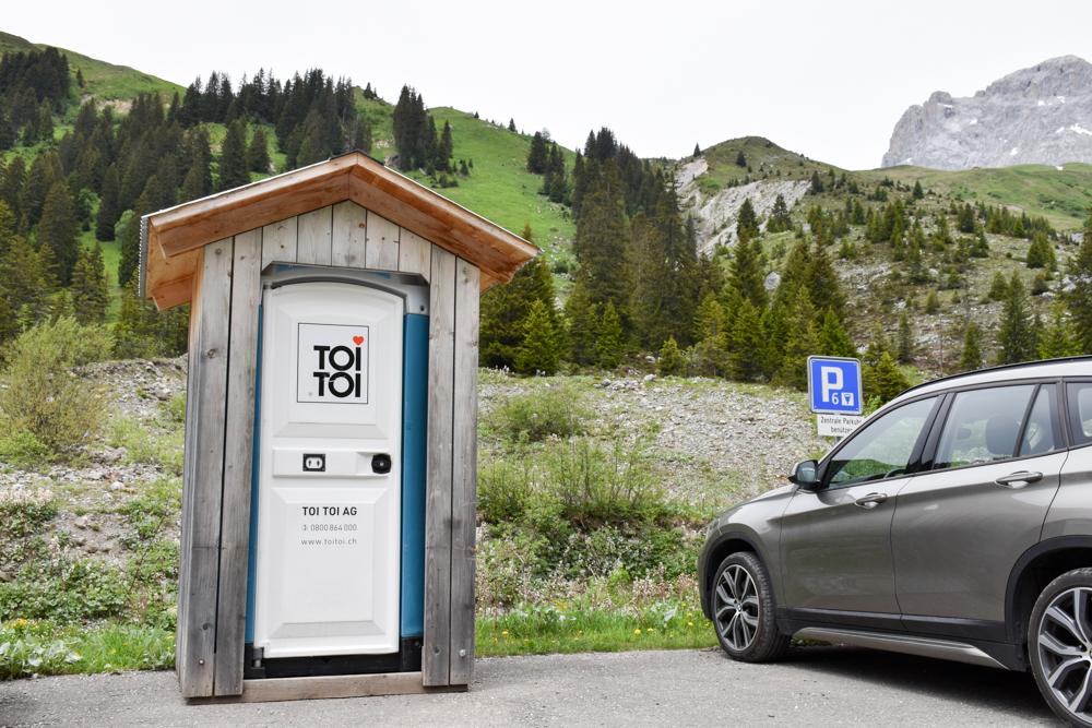 Ausflugstipp im Prättigau Wanderung zum Partnunsee Toitoi Toilette beim Parkplatz