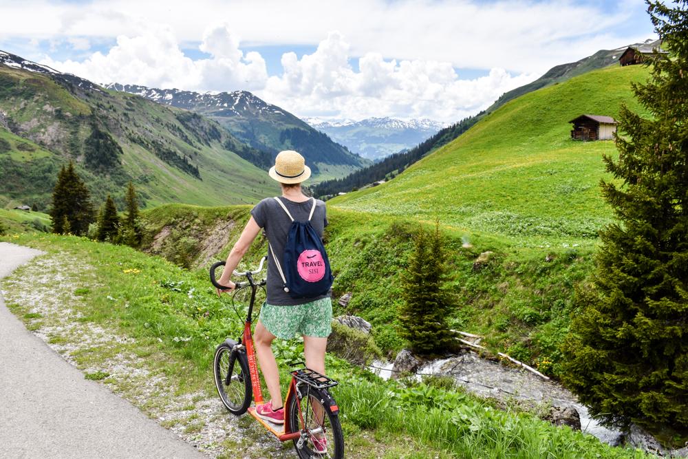 Ausflugstipp im Prättigau Wanderung zum Partnunsee Travel Sisi auf dem Trottinett