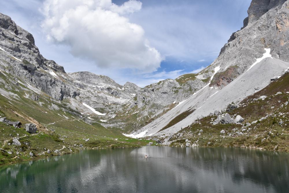 Ausflugstipp im Prättigau Wanderung zum Partnunsee Travel Sisi mit dem Holzboot mitten im Partnunsee