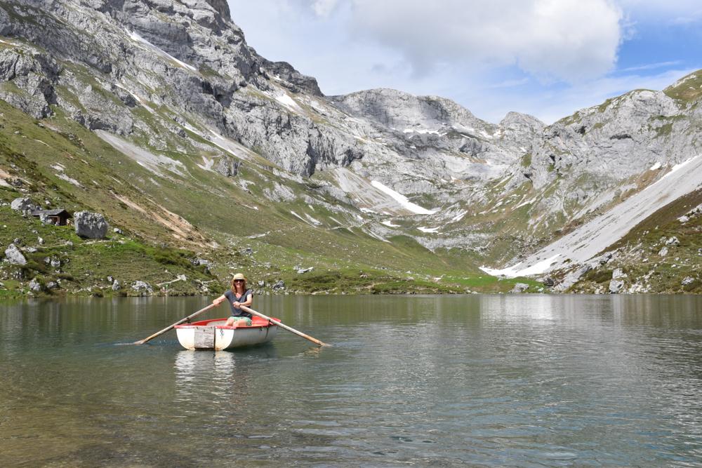 Ausflugstipp im Prättigau Wanderung zum Partnunsee Travel Sisi rudert um den Partnunsee