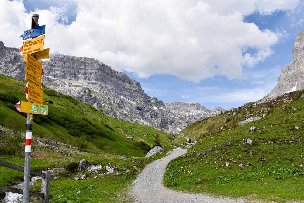 Ausflugstipp im Prättigau Wanderung zum Partnunsee Wegweiser zum Partnunsee