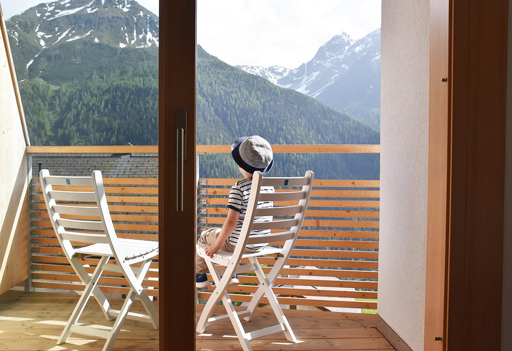 Guarda Lodge Hoteltipp für Guarda der kleine Globetrotter geniesst die Aussicht vom Balkon