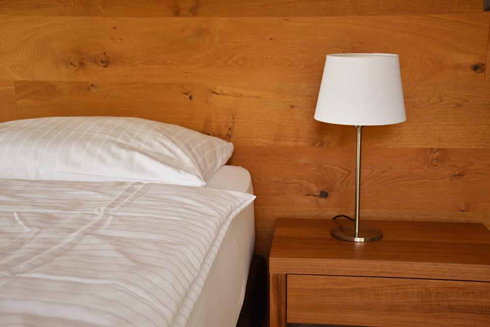 Guarda Lodge Hoteltipp für Guarda viel Holz im Schlafzimmer