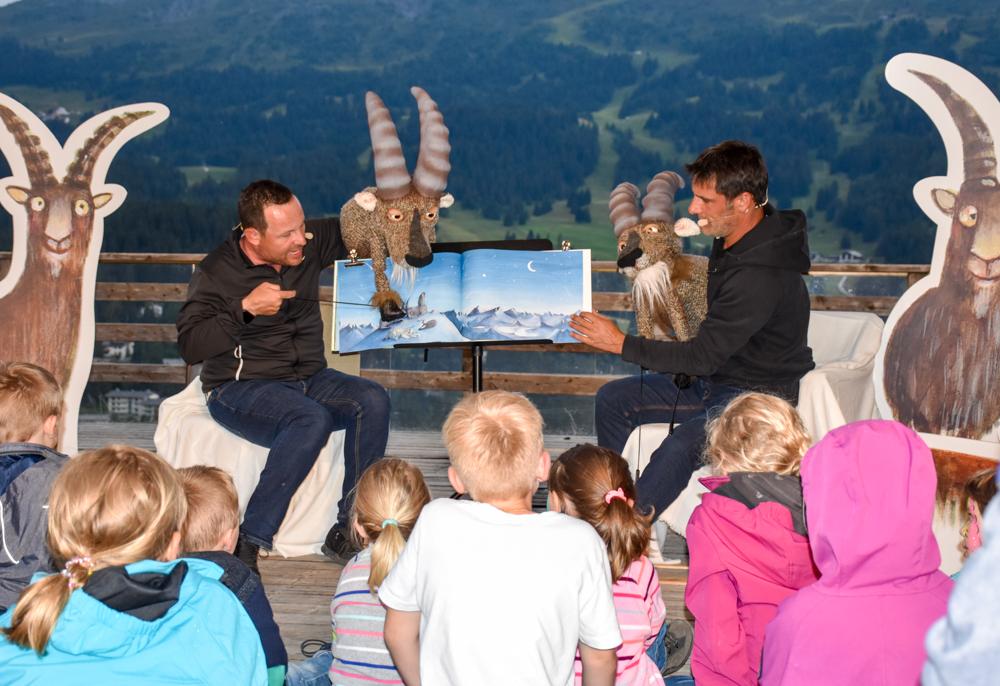 Familienwochenende in der Lenzerheide Sternennacht-Gian und Giachen lesen vor
