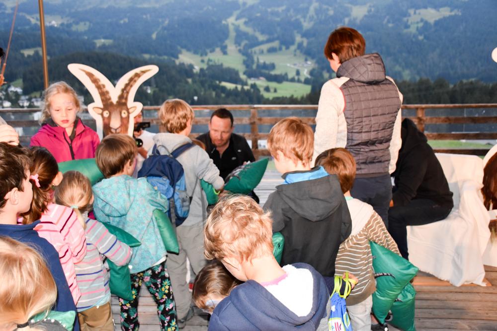 Familienwochenende in der Lenzerheide Sternennacht-Kissen wird signiert von Gian und Giachen