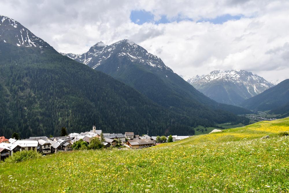 Guarda und der Schellen-Ursli-Weg Blick auf Guarda
