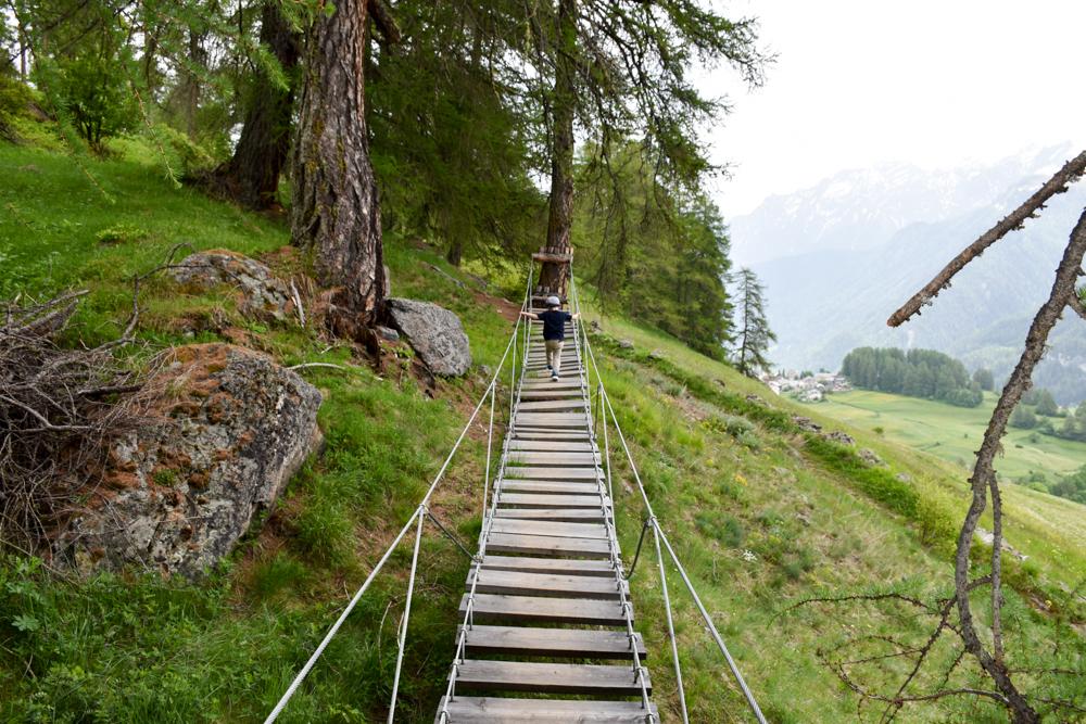 Guarda und der Schellen-Ursli-Weg Hängebrücke