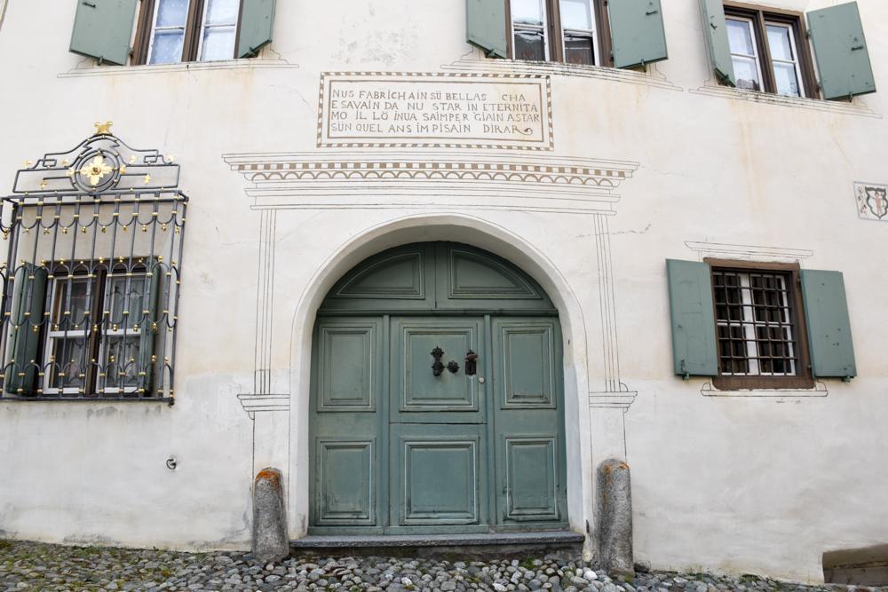 Guarda und der Schellen-Ursli-Weg Hauseingang