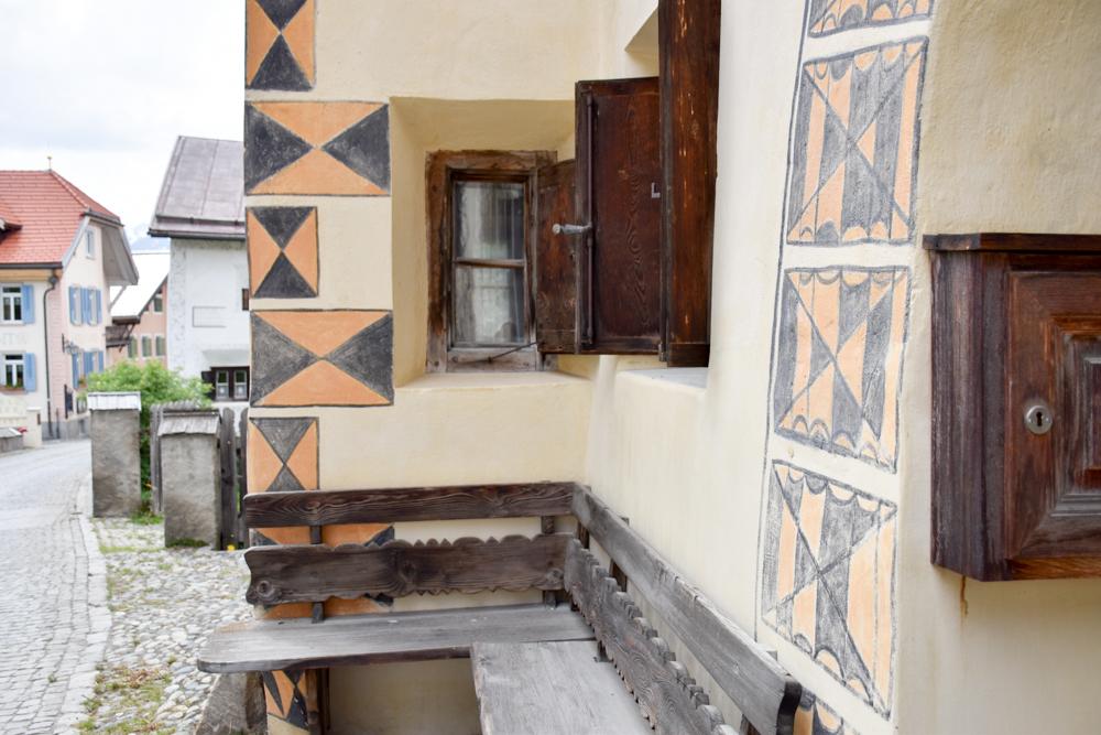 Guarda und der Schellen-Ursli-Weg Sitzbank vor Engadiner Haus
