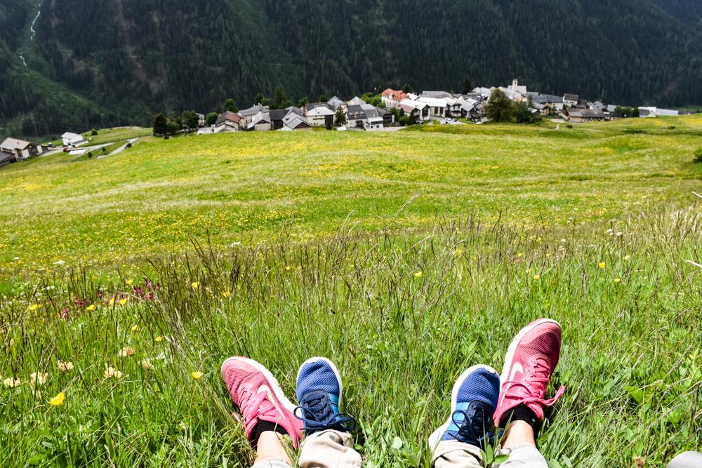 Guarda und der Schellen-Ursli-Weg die Wanderer schauen auf Guarda