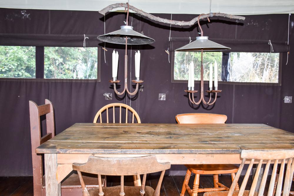 Glamping Gower Peninsula Wiesenbett Hillside Farm Esstisch im Lodge Zelt