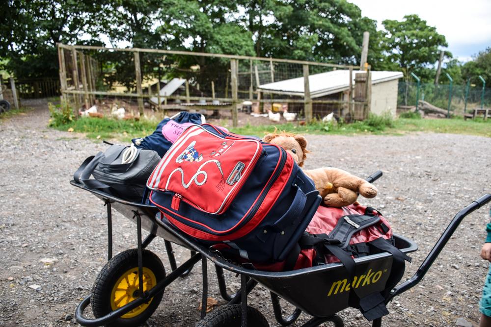 Glamping Gower Peninsula Wiesenbett Hillside Farm Gepäcktransport mit der Schubkarre