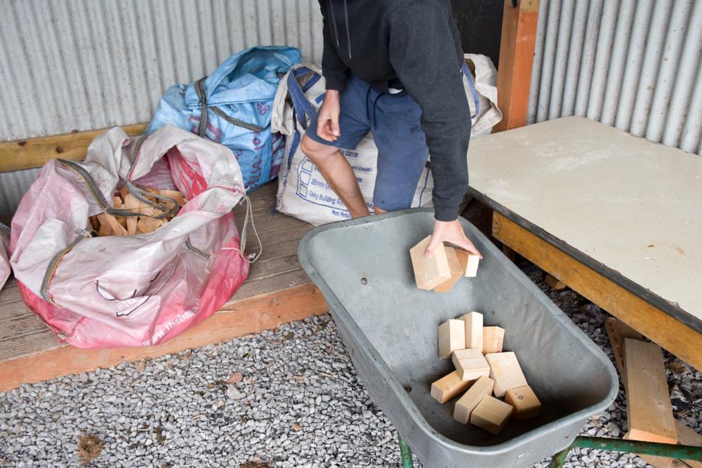 Glamping Gower Peninsula Wiesenbett Hillside Farm Holz holen zum Kochen