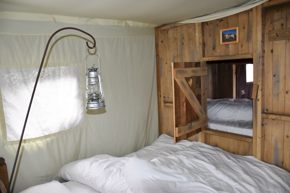 Glamping Gower Peninsula Wiesenbett Hillside Farm Schlafzimmer mit Blick in die Alkove