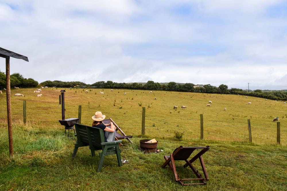 Glamping Gower Peninsula Wiesenbett Hillside Farm Travel Sisi geniesst die Aussicht