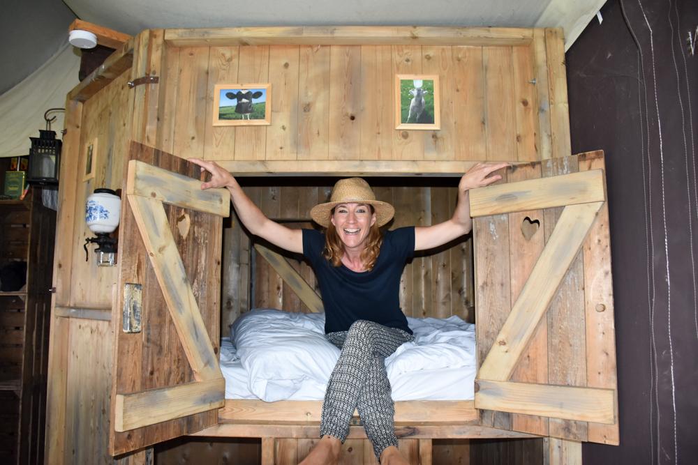 Glamping Gower Peninsula Wiesenbett Hillside Farm das coole Bett in der Alkove