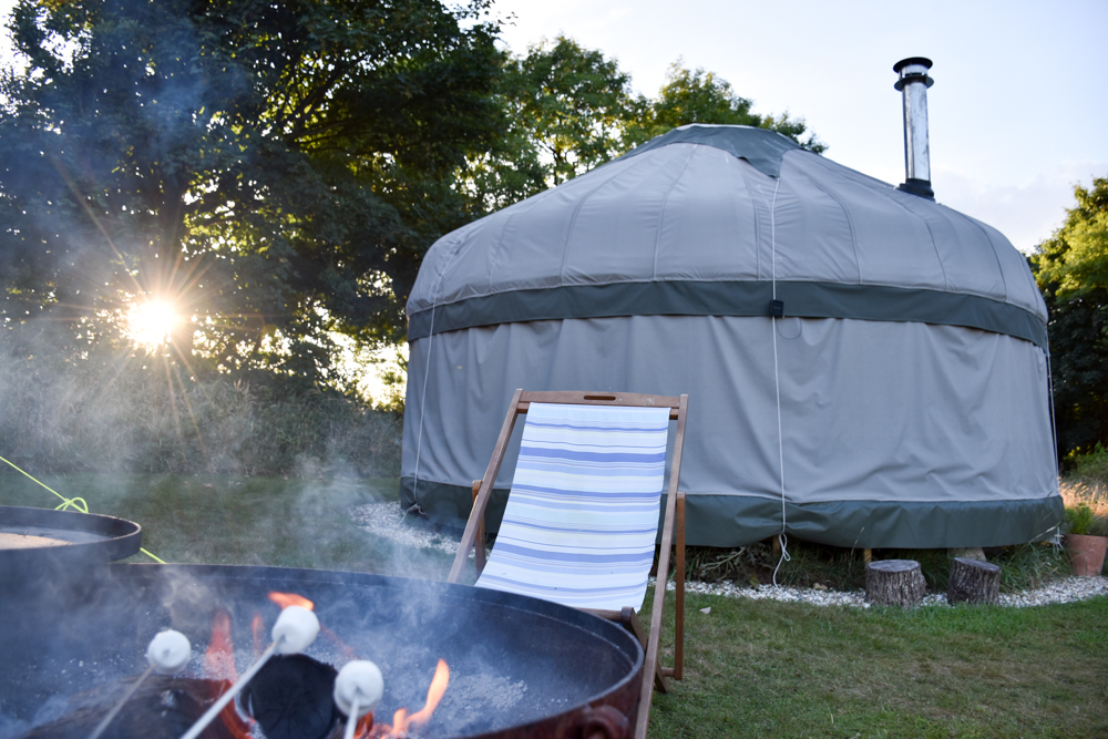 Glamping Pembrokeshire Wales Stackpole under the Stars Marshmallows grillen zum Sonnenuntergang