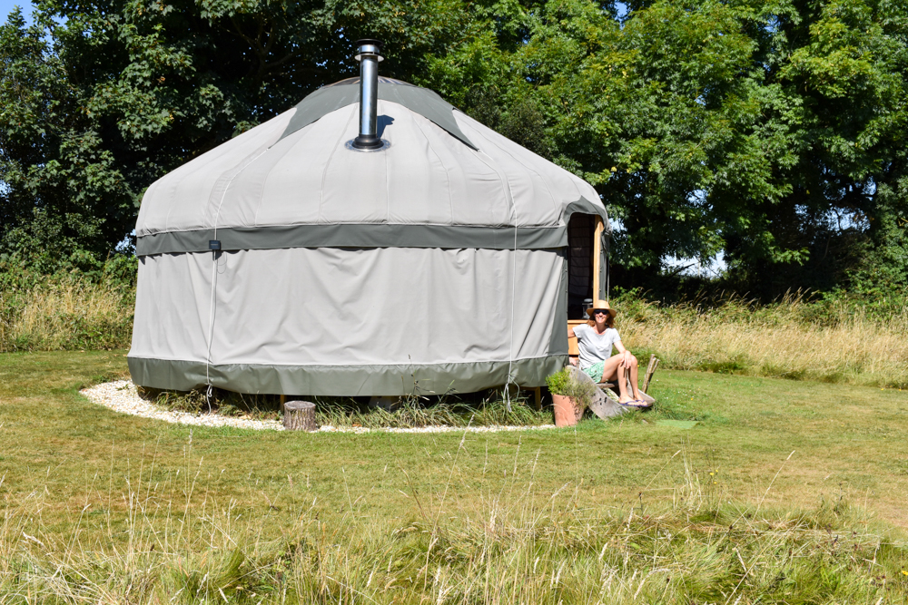 Glamping Pembrokeshire Wales Stackpole under the Stars Travel Sisi vor der Jurte