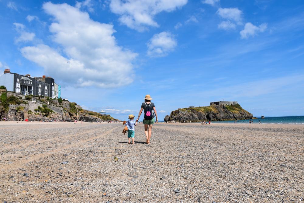 Wales Highlights Travel Sisi und kleiner Globetrotter am Strand von Tenby