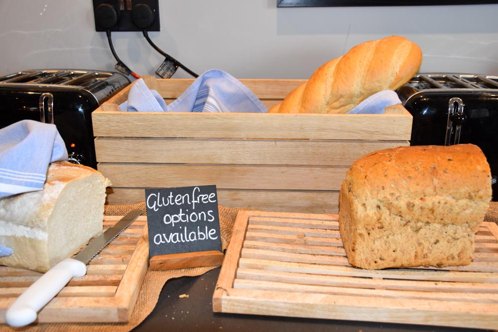 Hotel Indigo Cardiff Wales Brot beim Frühstücksbuffet