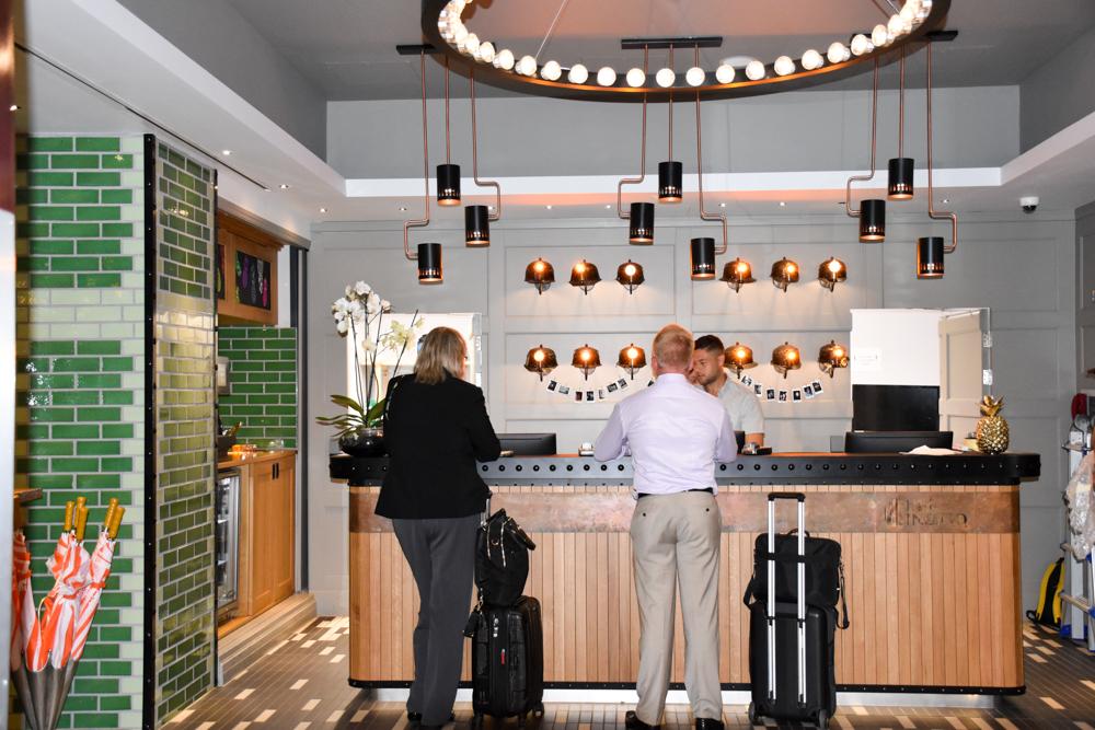 Hotel Indigo Cardiff Wales stylische Rezeption