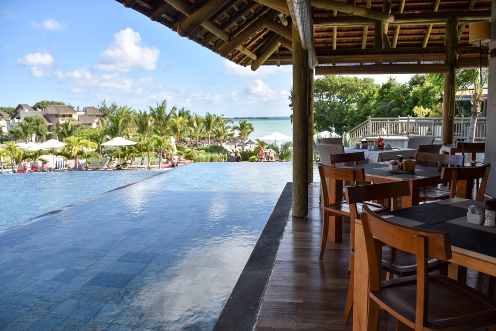 Hoteltipp Mauritius Hotel Zilwa Attitude Blick vom Restaurant auf den Pool