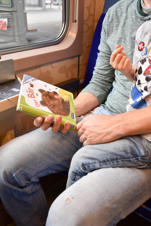 Familienausflug Arosa Bärenland Familienwagen im Bärenlook Rhätische Bahn