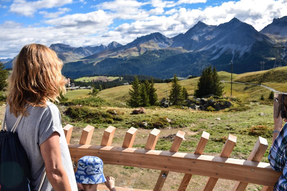 Familienausflug Arosa Bärenland Travel Sisi und kleiner Globetrotter auf der Besucherplattform