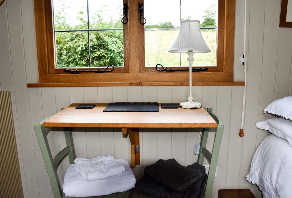 Glamping Welshpool Powys Wales Schreibtisch Shepherds Hut