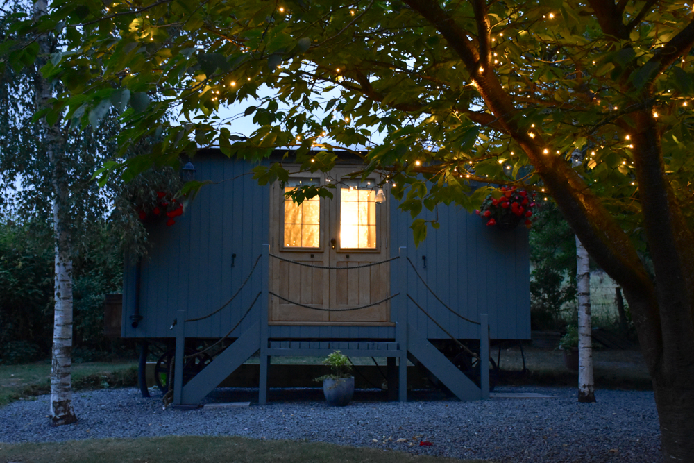 Glamping Welshpool Powys Wales romantische Beleuchtung Shepherds Hut