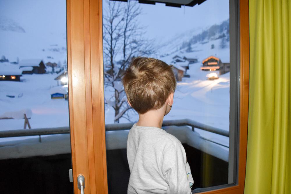 Hoteltipp Malbun Liechtenstein Gorfion das Familienhotel Pistenfahrzeug vom Hotelzimmer beobachten