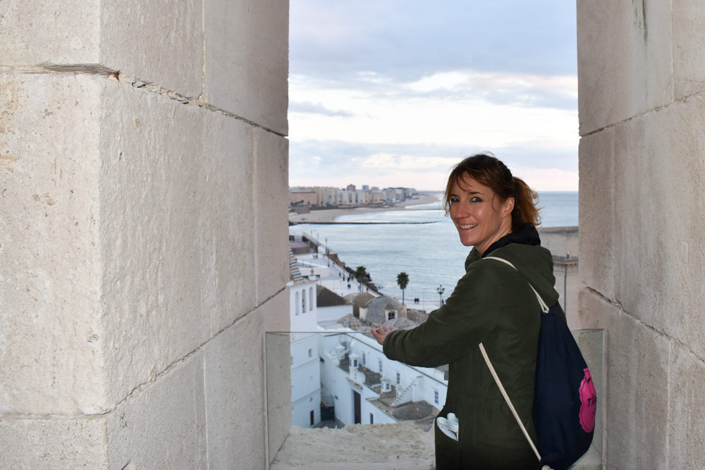 Reisetipps Cadiz Andalusien Spanien Travel Sisi geniesst die Aussicht vom Uhrenturm der Kathedrale