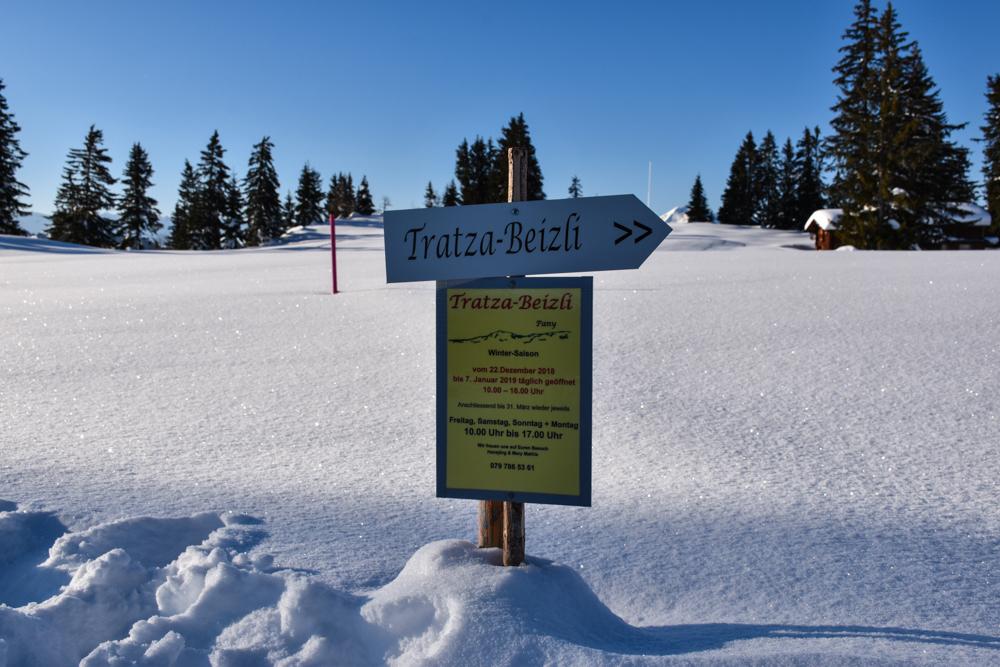 Schlittelweg Pany Prättigau Schweiz Schild zum Tratza-Beizli